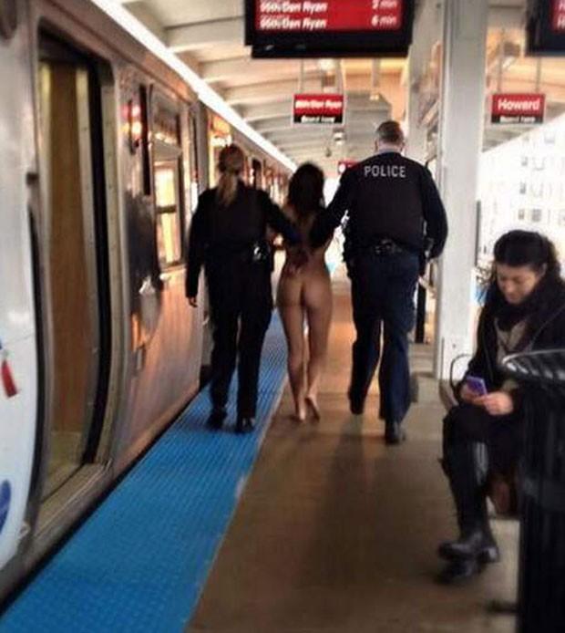 Mulher foi detida após ser flagrada nua em trem de Chicago (Foto: Reprodução/Twitter/LeChiMo)