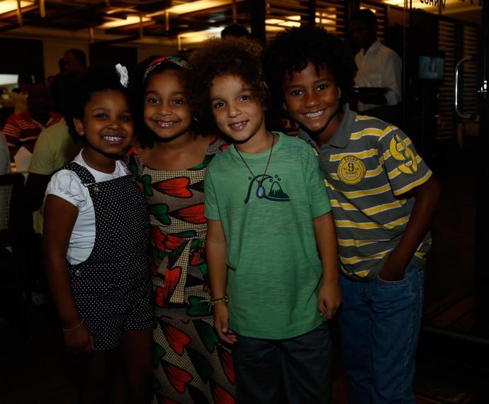 Elenco mirim feliz para a estreia  (Foto: Isabella Pinheiro/Gshow)