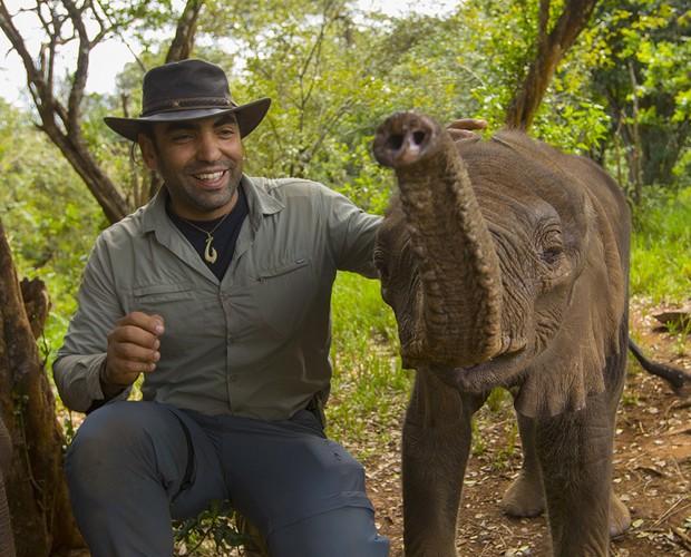 Cristian e o elefantinho mais jovem da reserva, com apenas 3 meses de idade (Foto: João Paulo Krajewski)