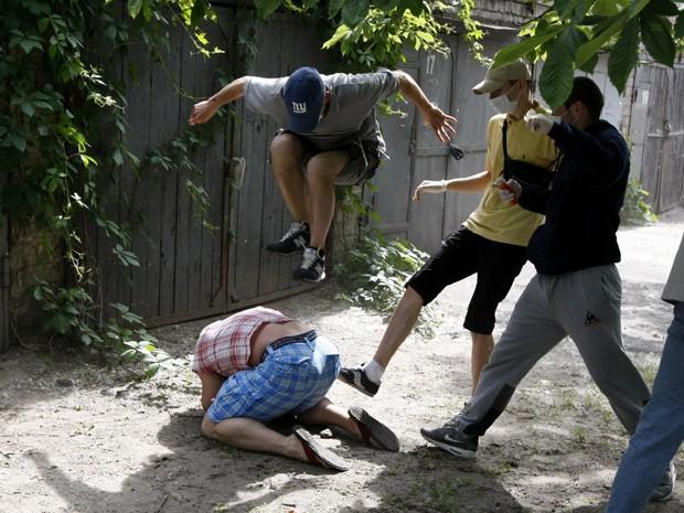 Agressores não identificados batem em Svyatoslav Sheremet, líder da organização Fórum Gay da Ucrânia, em Kiev, neste domingo (20) (Foto: Reuters)