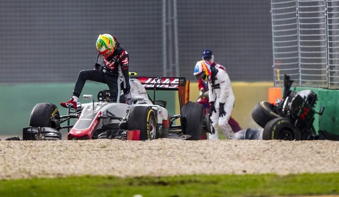 Estaban Gutiérrez e Fernando Alonso deixam carros após batida na Austrália (Foto: EFE)