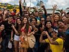 Isis Valverde é tietada por fãs durante gravação de 'A Força do Querer'