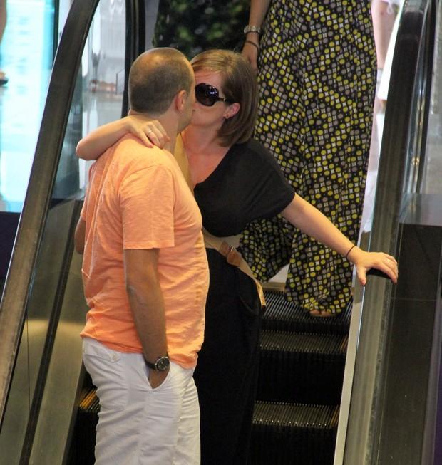 Bruna Di Tulio em shoping no RJ, com marido (Foto: Instagram / Reprodução)