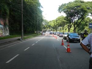 Acidente deixou o trânsito lento na rodovia. (Foto: Kaleo Martins / G1)