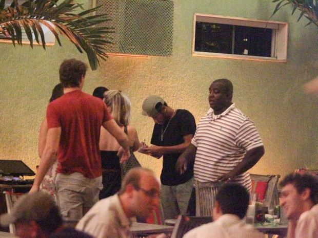 Neymar dá autógrafo em restaurante na Zona Oeste do Rio (Foto: Dilson Silva/ Ag. News)