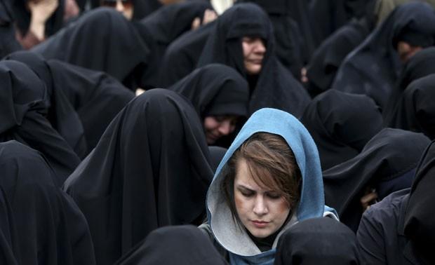 Mulheres iranianas participam em Teerã de cerimônia do aniversário da morte de Fatimah, filha do profeta Maomé, que  gerou o Dia das Mães local (Foto: Ebrahim Noroozi/AP)