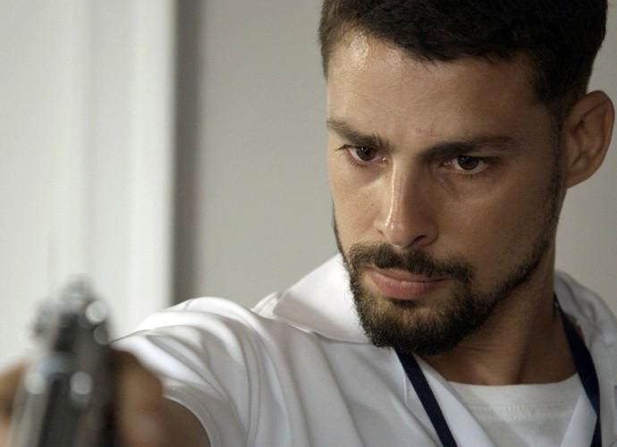 Juliano chega para salvar Belisa e enquadra médico comparsa de Orlando (Foto: TV Globo)
