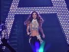 Ex- RBD Anahí deixa barriga de fora em sua volta aos palcos