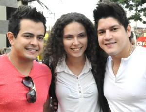 Henrique e Diego com a fã Jéssica Maia, no centro de Campo Grande (Foto: Hélder Rafael)