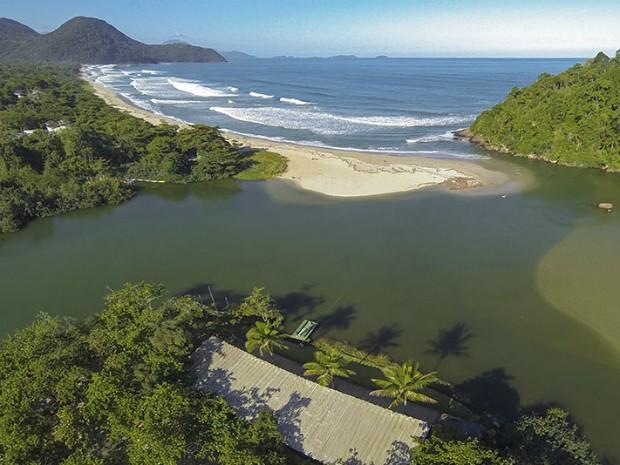 Hotel em Ubatuba tem como opção passeio de barco pelo rio Itamambuca (Foto: Divulgação/Itamambuca Eco Resort)