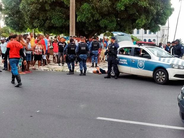 Homem foi baleado no bairro do Comércio, em Salvador (Foto: Arquivo pessoal)