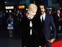 Nicole Kidman aposta em fenda profunda e se enrola em red carpet