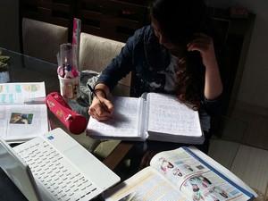Valentina estuda em casa apoiada pelos pais em Gramado (Foto: Arquivo pessoal)