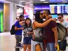 Gracyanne Barbosa e Belo trocam beijinhos em aeroporto do Rio