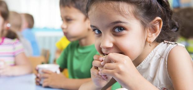 Menina lanchando; merenda; lanche escolar; (Foto: Thinkstock)