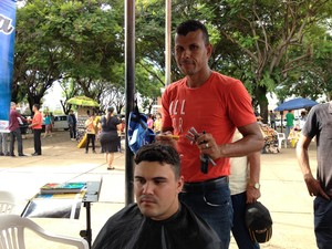 Daniel Borges, cabelereiro voluntário, e Welinton Griti que aproveitou para cortar o cabelo (Foto: Toni Francis/G1)
