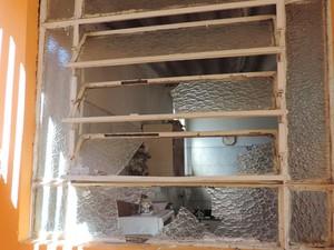 Vidros da janela ficaram quebrados após a tentativa de furto (Foto: Carolina Mescoloti/G1)