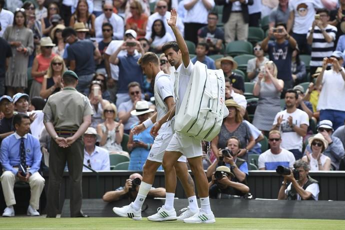 Federer e Djokovic avançam com desistências de rivais em Wimbledon
