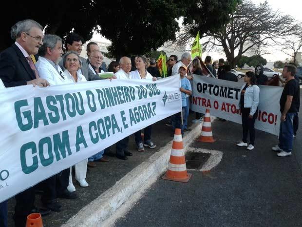 Médicos durante protesto na Esplanada dos Ministéripos, em Brasília, nbestra quarta-feira (3) em protesto contra a atuação de profissionais estrangeiros sem revalidação de diploma (Foto: Lucas Nanini/G1)