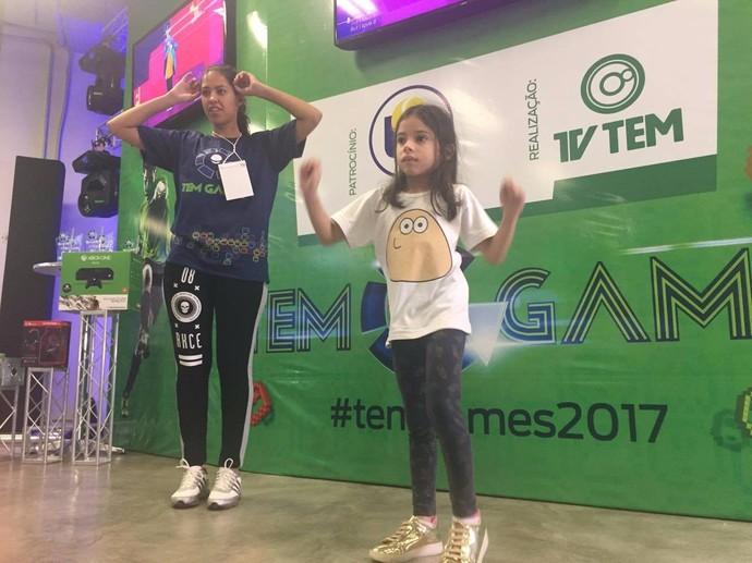 Débora Cruz entrou no clima da dança no Just Dance (Foto: Gabriel Morelli/G1)