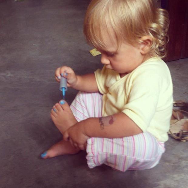 Carolinie Figueiredo posta foto da filha, Bruna Luz, pintando a unha do pé (Foto: Instagram / Reprodução)