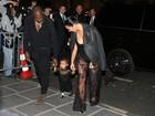 Que fofo! Kim Kardashian e Kanye West ajudam a filha a andar