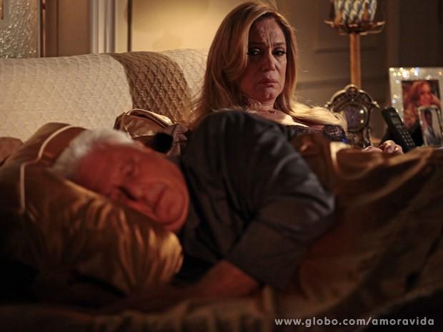 Pilar sofre com o não de César (Foto: Amor à Vida/TV Globo)