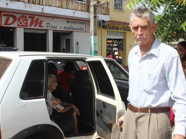 Idosos pagam frete e viajam quase 100km para sacar aposentadoria no Piauí (Foto: Gilcilene Araújo/G1)