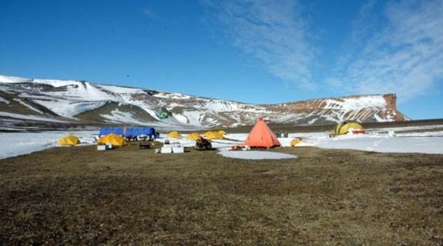 Brasileiros fizeram expedição em 2007 para a Antártica para tentar descobrir como era a vida ali há milhões de anos; próxima etapa da pesquisa será agora. (Foto: Alexandre Kellner/BBC)