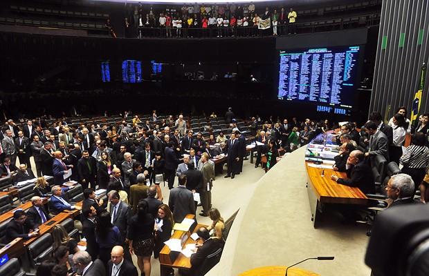 Deputados no plenário durante a votação do projeto que estabeleceu novas regras para a criação de municípios (Foto: Gustavo Lima / Agência Câmara)