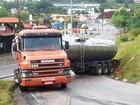 Motorista erra manobra e bloqueia acesso de rodovia em São Roque