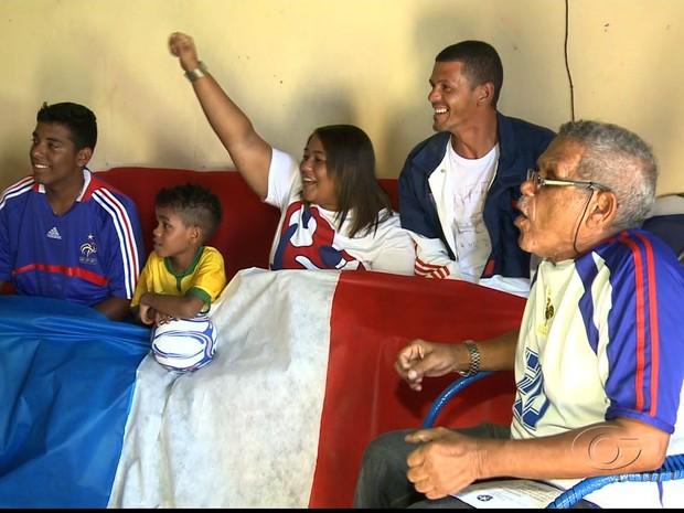 Família de Zidane vibra com jogo da seleção francesa pelas oitavas de final (Foto: Reprodução/TV Gazeta)