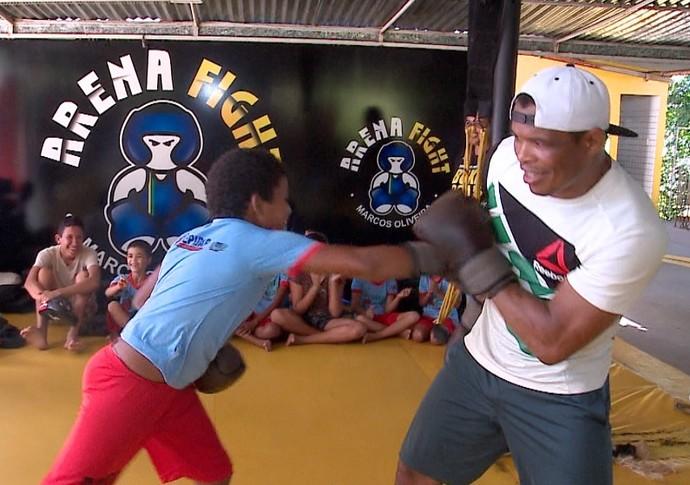 Massaranduba brinca com crianças de projeto social em aula de golpes (Foto: TV Clube)