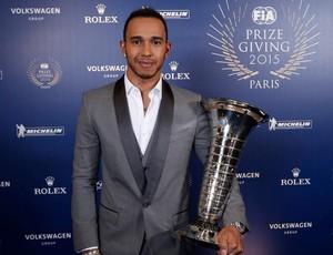 Lewis Hamilton recebe troféu campeão fórmula 1 (Foto: Divulgação/Formula 1)