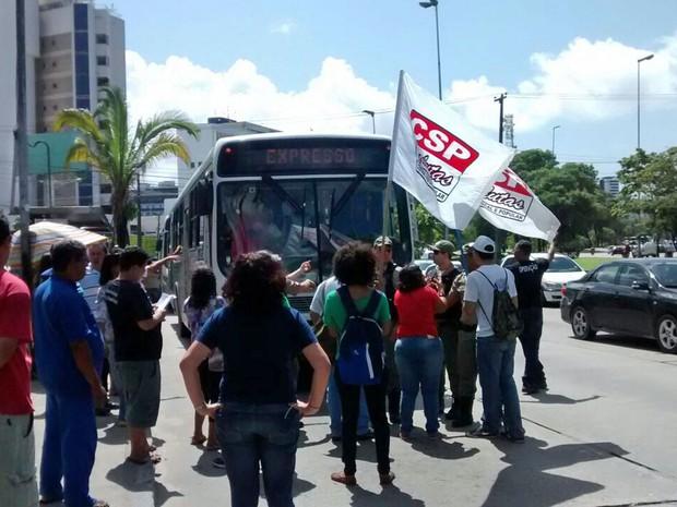 Membros do CSP Conlutas param ônibus na Avenida Agamenon Magalhães, na altura da Praça do Derby (Foto: Camila Torres / TV Globo)