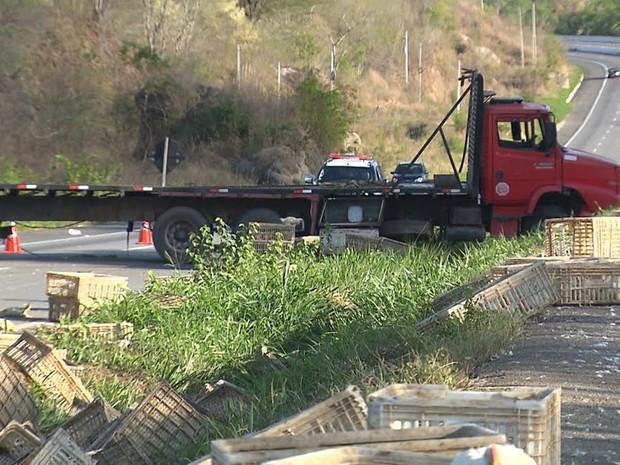 Cinta que segurava as caixas rompeu-se e carga caiu na BR-230 (Foto: Reprodução/TV Paraíba)
