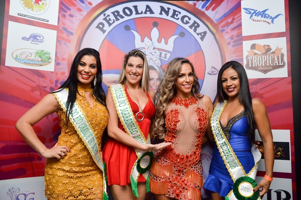Ana Paula Ferrari, a Mulher Ferrari, é coroada rainha de bateria da Pérola Negra e recebe candidatas do Musa do Brasil (Foto: Eduardo Graboski / M2 Divulgação)