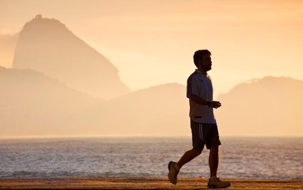 caminhando na orla euatleta (Foto: Getty Images)