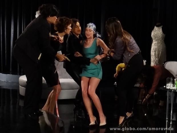 Nicole passa mal e precisa ser amparada (Foto: Amor à Vida / TV Globo)