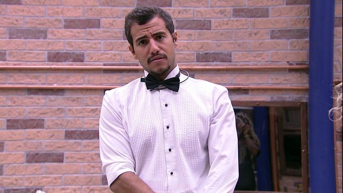 Com direito a gravata borboleta, Matheus vai na beca para a festa (Foto: TV Globo)