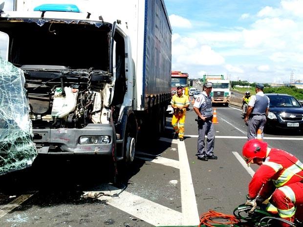 Engavetamento deixa motorista ferido no Km 96 da Via Anhanguera, em Campinas (Foto: André Natale / EPTV)