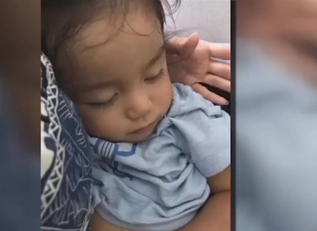 Bebê no colo da mãe durante voo (Foto: Reprodução/Independent.com)