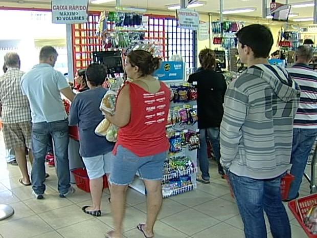 Supermercados tem dificuldade em contratar funcionários (Foto: Reprodução/TV Integração)