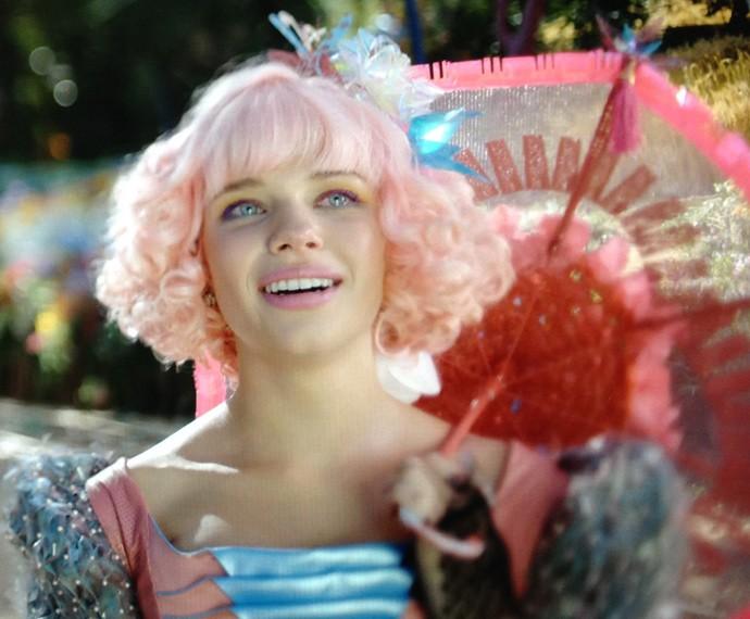 Bruna Linzmeyer com o cabelo rosa na novela 'Meu Pedacinho de Chão' (Foto: TV Globo)