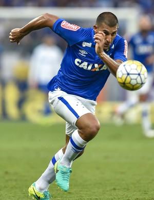 Ramón Ábila em jogo do Cruzeiro (Foto: Juliana Flister/Light Press)