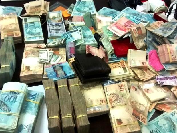 Dinheiro foi recuperado por policiais militares (Foto: G1)