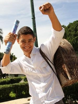 Joaquim se formou em direito mas continua a engraxar em Goiânia, Goiás (Foto: Adriano Zago/ G1)
