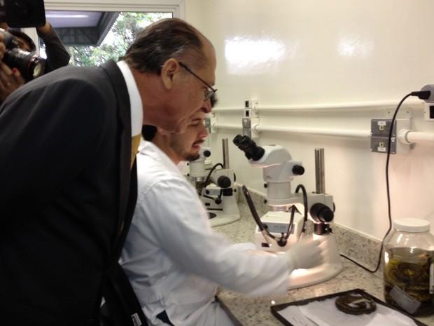 Alckmin observa microscópio e cobras do Instituto Butantan  (Foto: Letícia Macedo/G1)