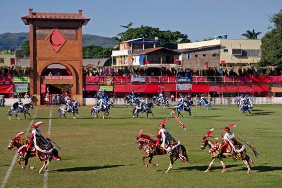 Cavaleiros galopam no campo das Cavalhadas na cidade de Pirenópolis  (Foto: © Haroldo Castro/Época)