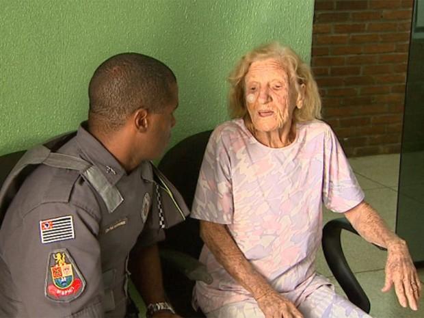Apparecida contou ao policial sobre as agressões que sofreu durante o assalto (Foto: Paulo Souza/EPTV)